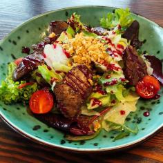 салат з печінкою та вишневим соусом