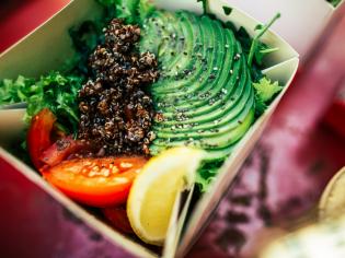 Veggie Salad (кіноа / авокадо / листя салату / томати / насіння чіа / оливкова олія)