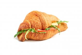 Круасан з тунцем, соусом, перепелиним яйцем, маринованою червоною цибулею та руколою 180г
