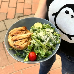 Салат з курячої грудинки на грилі та сезонним салатом