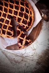 Вишневий пиріг з чайною трояндою