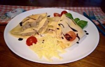Naleśniki z mięsem (4 sztuki, karkówka, szynka, podgardle, polane sosem śmietanowym z zasmażaną cebulą, pomidorki cherry)