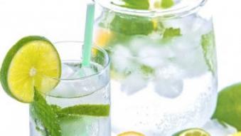 lemoniada naturalna w dzbanku z cytryna