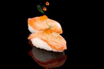 Суші з обпаленим лососем