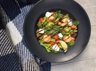 Салат з креветками та полуницею