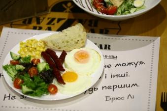 Сніданок в англійському стилі з кукурудзою та мисливськими ковбасками