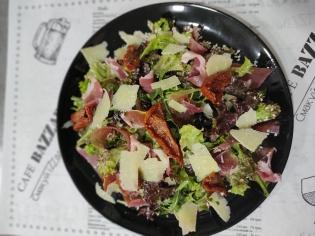 Салат з прошуто та в'яленими томатами