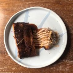 Свинячі ребра BBQ з стейком із капусти в горіховому соусі та деміглясом