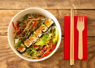 Салат в тайському стилі з лососем, крем-сиром та рисовим попкорном (195 г)