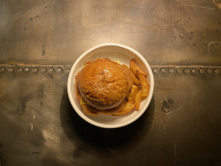 Курячий бургер з соусом тартар та запеченими дольками картофелю