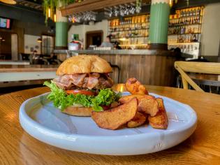 Бургер з котлетою зі свинини та яловичини, соусом барбекю  та смаженим беконом (300/140)