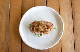 Брускетта з телятиною, соусом вітелло тоннато і трюфельною пастою (200/35)