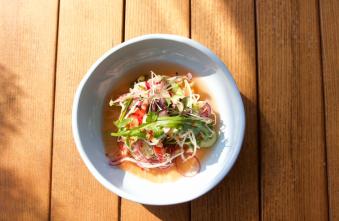 Салат з лососем, тайської заправкою і свіжою зеленню (40/95/40)
