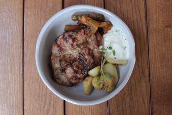 Стейк з ошийка з огірком кимчи, молодою картоплею і соусом з йогурту (200/130/40)