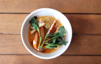 Куряча грудка зі смаженою цвітною капустою, ерінгами та соусом том-ям (200/110/30)
