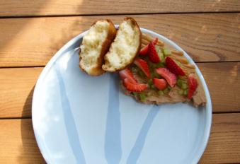 Курячий паштет з булочкою бріош, свіжою полуницею і маринованим ревенем (130/20/20)