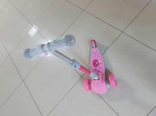 Самокат рожевий зі складною ручкою