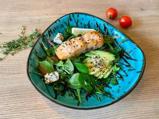 Мікс салат з лососем гриль