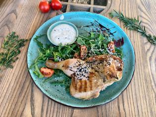 Курча в Прянощах з мікс-салатом та соусом