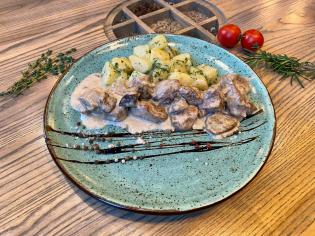 Тушкована свинина в соусі із білих грибів та картоплею