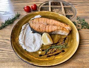 Стейк з лосося із сирним соусом