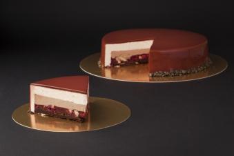 Ніжний шоколадний бисквіт у поєднання із вишнево-малиновим конфі, та горішками. Оповитий мусом із білого шоколаду та покритий дзеркальною глазурю.