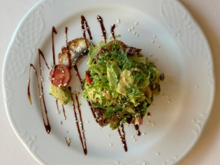 Салат с угрем и авокадо