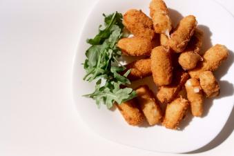 Сирні палички з ягідним соусом