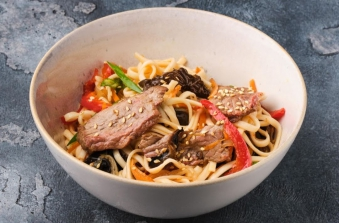 Локшина з телятиною та міксом грибів під соусом солодкий чилі (300г)