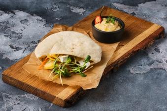 Піта овочева з хумусом і м'яким сиром (260г)