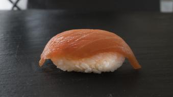 35 грам. Нігірі з копченим лососем