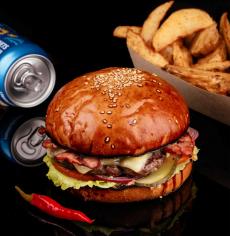 Бургер меню з яловичиною, беконом та перцем чілі