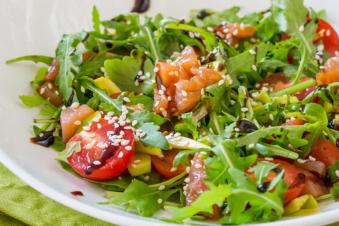 Салат з руколою, авокадо та сьомгою 210г