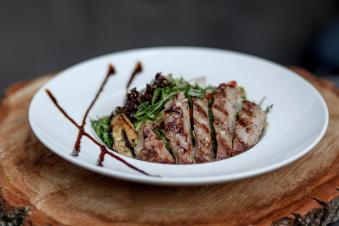 Салат з телятиною та овочами-гриль 280г